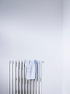 Dish cloth on radiatorの写真素材 [FYI03639158]