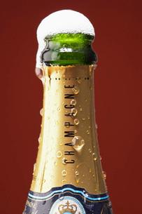 Open champagne bottle overflowingの写真素材 [FYI03639185]