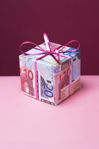 Small gift wrapped in Euro notesの写真素材 [FYI03639219]