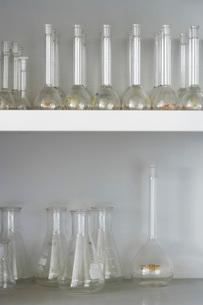 Laboratory flasks on shelvesの写真素材 [FYI03639387]