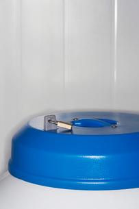 Lock on top of nitrogen tank close upの写真素材 [FYI03639391]