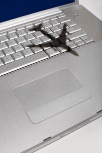 Shadow of jumbo jet over apple macintosh keyboardの写真素材 [FYI03639440]