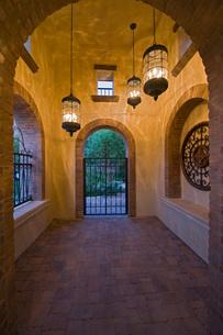 Arch hallway of modern homeの写真素材 [FYI03639569]