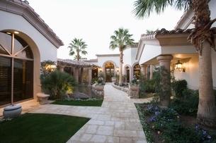 Palm Springs exterior pathwayの写真素材 [FYI03639818]
