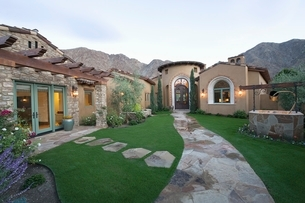 Paved pathway to Palm Springs homeの写真素材 [FYI03639839]