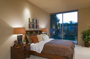 Matching bedside lamps in Palm Springs home interiorの写真素材 [FYI03639903]