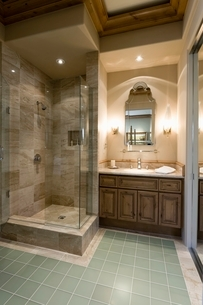 Marble shower cubicle with tiled green floorの写真素材 [FYI03639973]