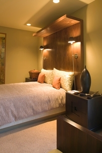 Double bed with oversized wooden headboardの写真素材 [FYI03639980]