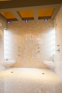 Tiled hydrotherapy suiteの写真素材 [FYI03639982]