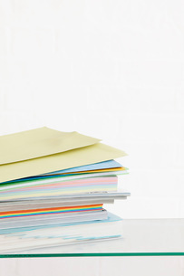 Stack of coloured stationery studio shotの写真素材 [FYI03640043]