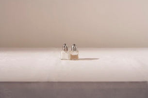 Salt and pepper shakers on tableの写真素材 [FYI03640046]