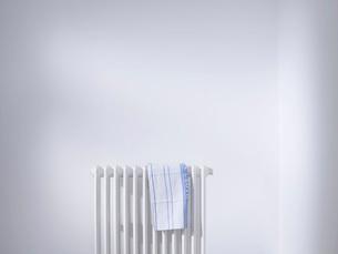 Dish cloth on radiatorの写真素材 [FYI03640048]