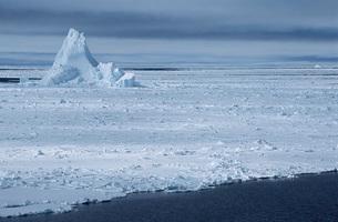 Antarctica Weddell Sea iceberg in ice fieldの写真素材 [FYI03640081]