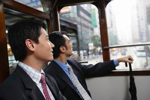 China Hong Kong two business men sitting in double Decker trの写真素材 [FYI03640111]