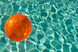 Rubber ball floating in poolの写真素材 [FYI03640134]