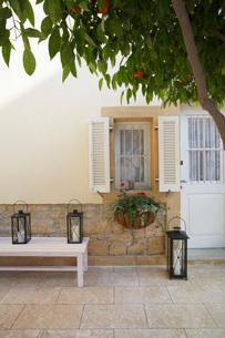 Cyprus terrace of colonial style houseの写真素材 [FYI03640153]