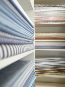 Piles of cotton fabric on shelfsの写真素材 [FYI03640202]
