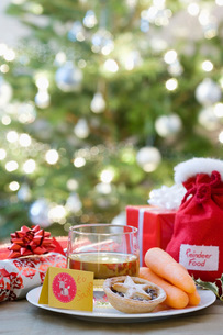 Whisky mince pies and carrots in front of christmas freeの写真素材 [FYI03640234]
