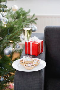 Glass of champagne and mince pies on armchairの写真素材 [FYI03640235]
