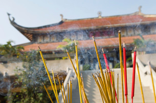Incense Sticks Burning Outside of Templeの写真素材 [FYI03640254]
