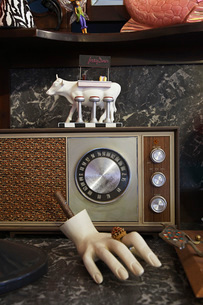 Vintage Radio and Mannequin Hand in Second Hand Storeの写真素材 [FYI03640294]
