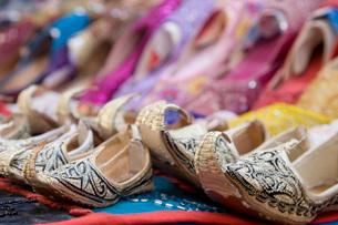 Dubai UAE Genie style sandals for sale in Bur Dubai souq inの写真素材 [FYI03640354]
