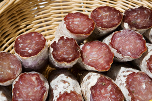 Sausage in basketの写真素材 [FYI03640426]