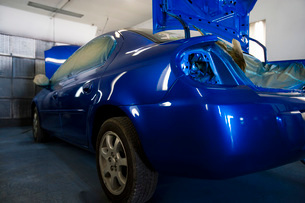 Rear of blue painted car in garageの写真素材 [FYI03640498]