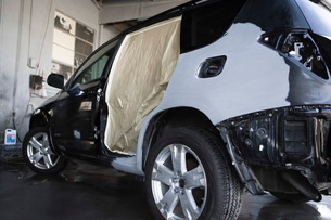 Damaged sports utility vehicle in garageの写真素材 [FYI03640508]
