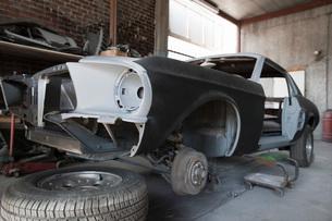 Car parts in garageの写真素材 [FYI03640511]