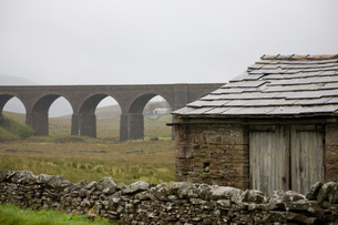 Old shed and viaduct Yorkshire Dales Yorkshire Englandの写真素材 [FYI03640587]