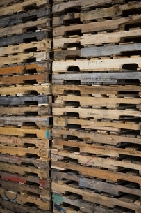 Wooden pallets stacked in distribution warehouseの写真素材 [FYI03640603]
