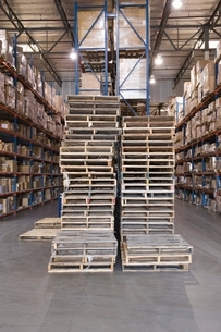 Wooden pallets stacked in distribution warehouseの写真素材 [FYI03640608]