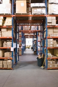 Cardboard boxes on shelves in distribution warehouseの写真素材 [FYI03640610]