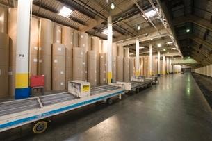 Huge rolls of paper in newspaper factoryの写真素材 [FYI03640626]