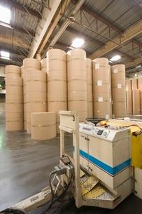 Huge rolls of paper in newspaper factoryの写真素材 [FYI03640637]