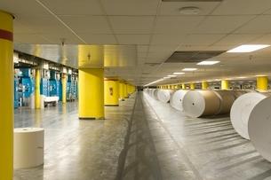 Huge rolls of paper in newspaper factoryの写真素材 [FYI03640650]