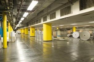 Huge rolls of paper in newspaper factoryの写真素材 [FYI03640652]