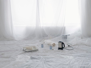 Empty room covered in dust sheets with kettle and painting sの写真素材 [FYI03640658]