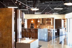 Empty modern kitchen model in storeの写真素材 [FYI03640822]