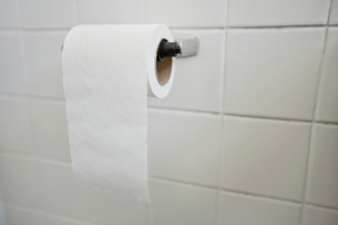 Close-up of tissue paper roll in bathroomの写真素材 [FYI03640835]