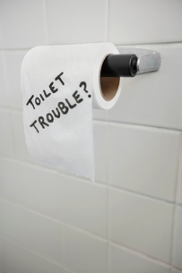 Close-up of text written on tissue paper in bathroom depictiの写真素材 [FYI03640843]