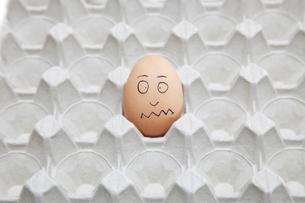 Anthropomorphic brown egg in empty cartonの写真素材 [FYI03640873]