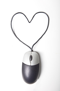 Heart shape made up of computer mouse wire over white backgrの写真素材 [FYI03640915]