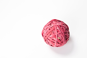 Close-up of rubber band ball over white backgroundの写真素材 [FYI03640950]