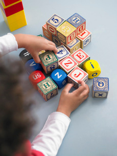 Boy playing with building blocks in classroom view from abovの写真素材 [FYI03640968]