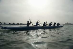 Outrigger canoeing team competeの写真素材 [FYI03640994]