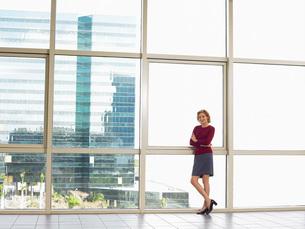 Businesswoman by window in office building portraitの写真素材 [FYI03641004]