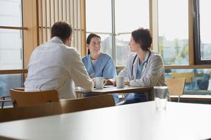 Doctors on Work Break in Cafeteriaの写真素材 [FYI03641182]