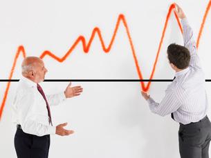 Businessmen looking at graphの写真素材 [FYI03641220]